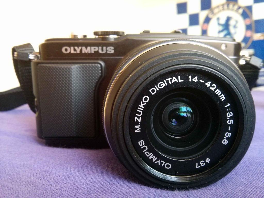 Olympus PEN E-PL5 s nasazeným 14-42mm II R (3,5-5,6)